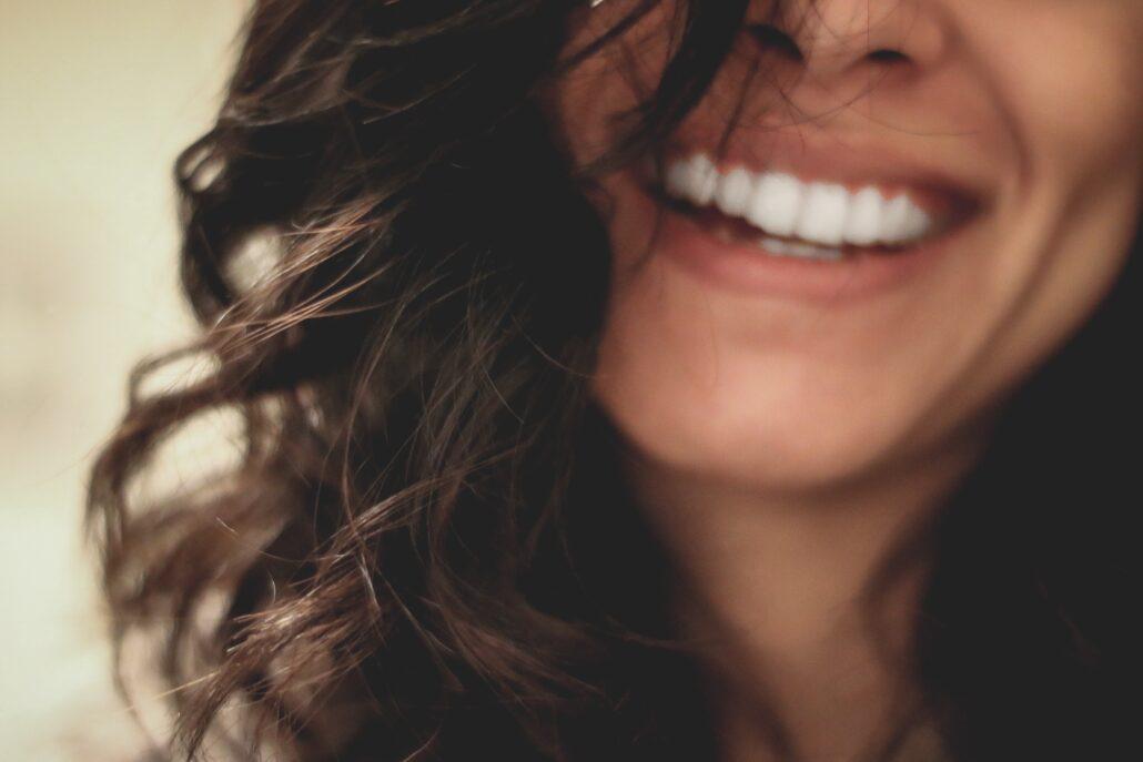 Sonrisa de mujer de 30 años, cara sin flacidez