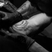Hombre haciéndose un tatuaje en el brazo